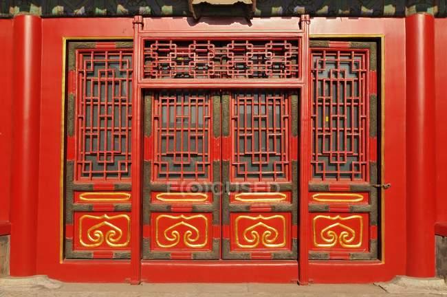 Sculptures décoratives porte du Palais de la cité interdite à Beijing, Chine — Photo de stock