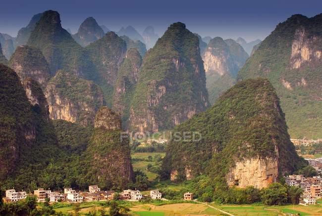 Villaggio tra rocce erbose a Contea di Yangshuo, Guangxi, Cina — Foto stock