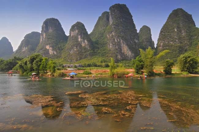 Paesaggio di montagna bella carsico con zattera di bambù a Yangshuo, Guilin, Cina — Foto stock