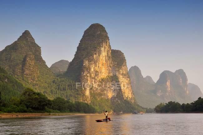Siluetta del pescatore nel fiume Li a Contea di Yangshuo in Cina — Foto stock