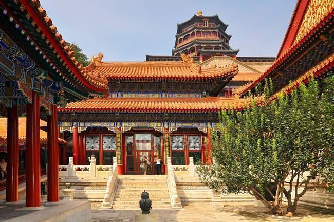 Cour intérieure de l'encens de la tour de bouddhiste du Palais d'été, Beijing, Chine — Photo de stock