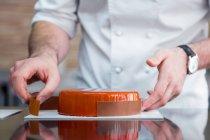 Обрезанный вид на украшение торта шоколадной рамкой — стоковое фото
