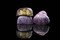 Coloridos caramelos acristalados con relleno de crema - foto de stock