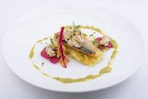 Pesce alla griglia con contorno di verdure e pane — Foto stock
