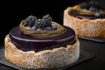 Kuchen mit lila Glasur und frischen Beeren — Stockfoto