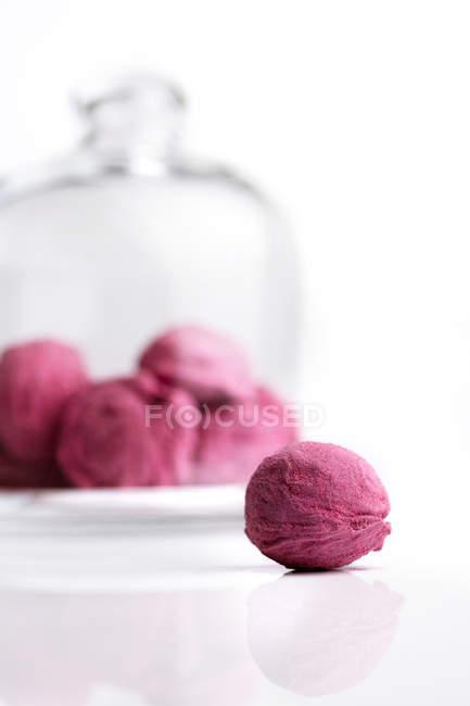 Dulces de color rosa sobre fondo blanco - foto de stock