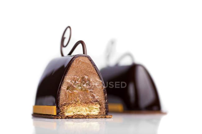 Tortas de chocolate con crema de relleno sobre fondo blanco - foto de stock