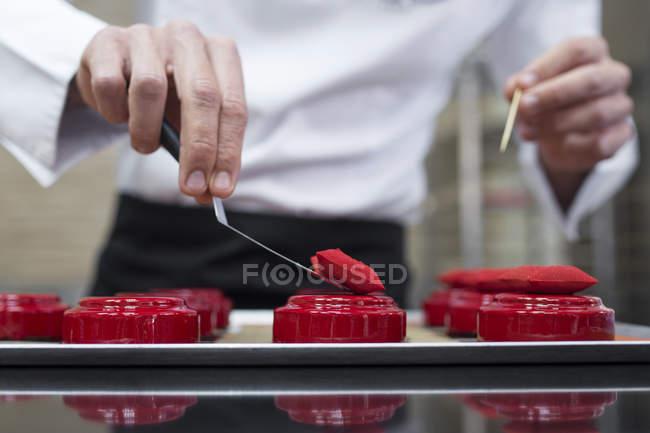 Primer plano de decoración de tortas con almohadas comestibles de chef - foto de stock