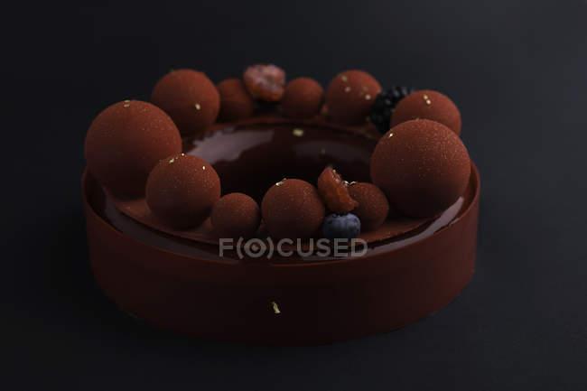 Kuchen mit Marzipan und frischen Beeren verziert — Stockfoto