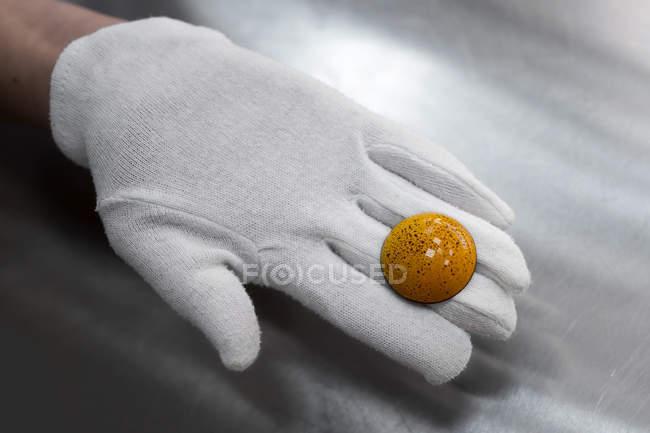Закри подання кондитер руки, що тримає цукерки — стокове фото