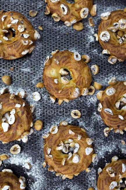 Vista superiore di torte con noci e zucchero a velo — Foto stock