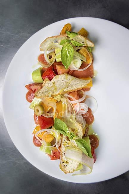 Овощной салат на белом фоне, вид сверху — стоковое фото