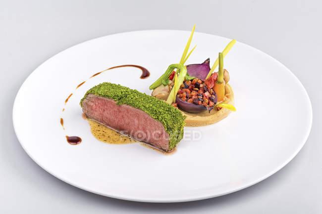 М'яса стейк з зеленим песто і овочевим гарніром — стокове фото