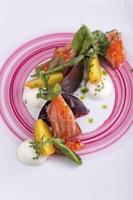 Салат из свеклы и лосось на табличке — стоковое фото