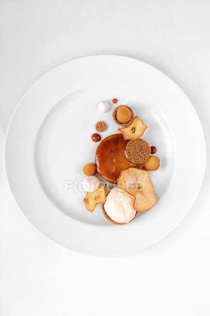 Apple dessert with caramel sauce on plate — Stock Photo
