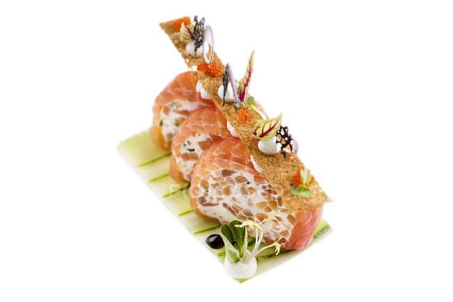 Нарізаний рол з лососем з Плавлений сир і овочів — стокове фото