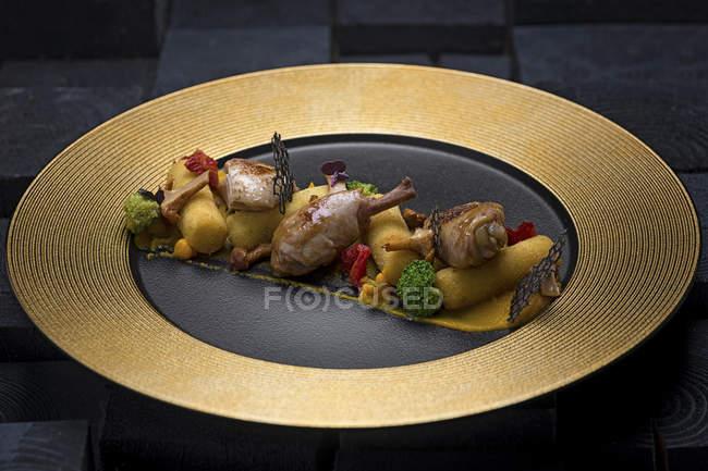 Gebackenes Hühnerfleisch mit Gemüsebeilage — Stockfoto