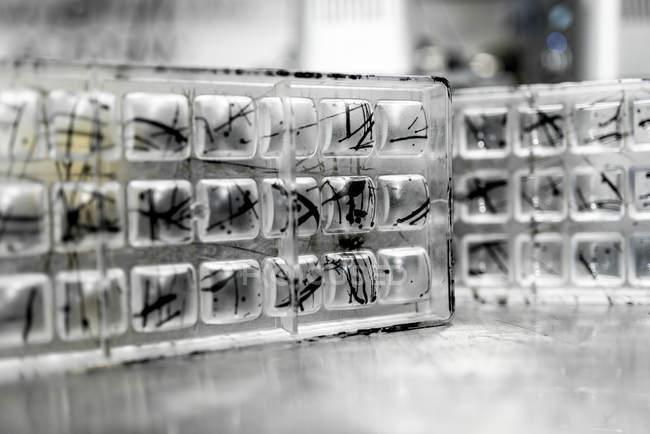Stampi di caramelle di vetro con motivo astratto — Foto stock