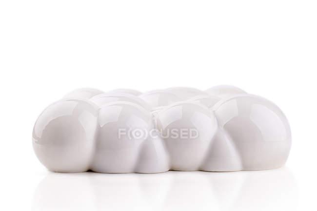 Белый торт в форме пузырьков на белом фоне — стоковое фото