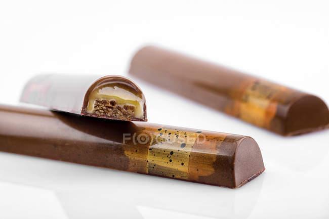 Bonbons de chocolat au caramel de remplissage sur fond blanc — Photo de stock