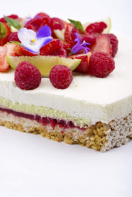 Vista potata della torta con la decorazione di frutta e bacche — Foto stock