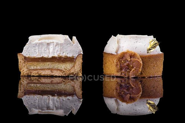 Круглі тістечка з кремом прикраси на чорному фоні — стокове фото