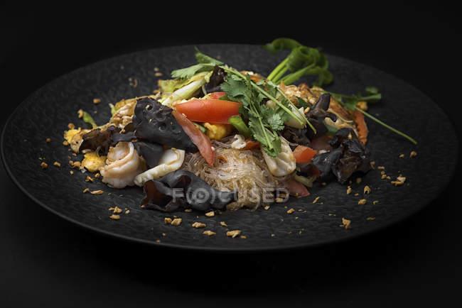 Стеклянная лапша с овощами и грибами — стоковое фото