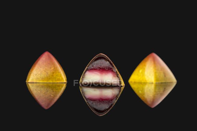 Doces amarelos com recheio colorido — Fotografia de Stock
