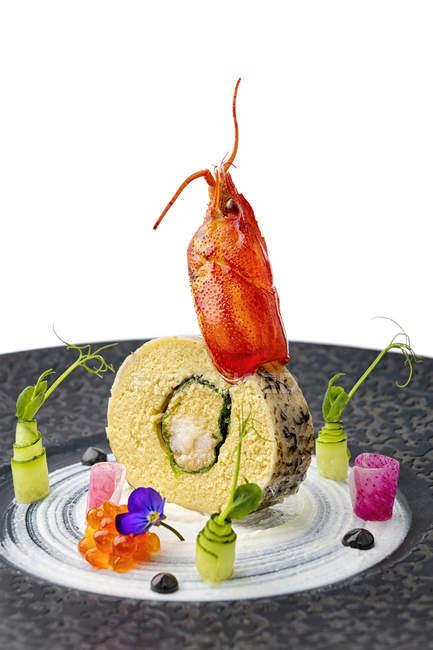 Риба рол з омарів прикраси та овочевим гарніром — стокове фото