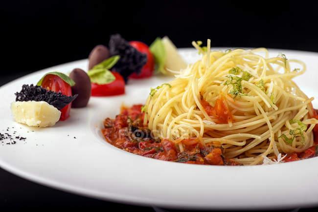 Спагетті блюдо з томатним соусом і овочевим гарніром — стокове фото