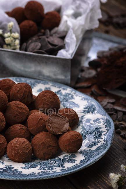 Bonbons à la truffe au chocolat sur une faïence vintage — Photo de stock