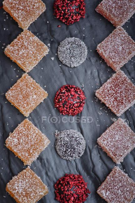 Красочные конфеты из мармелада с сахарной пудрой — стоковое фото