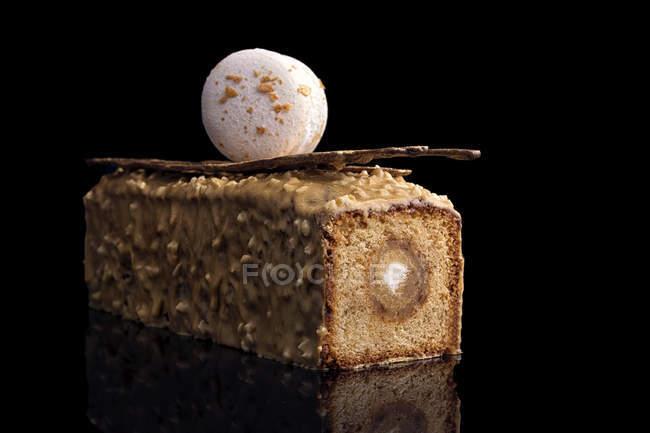 Торт с карамельной начинкой и шоколадной глазурью macaron украшения — стоковое фото