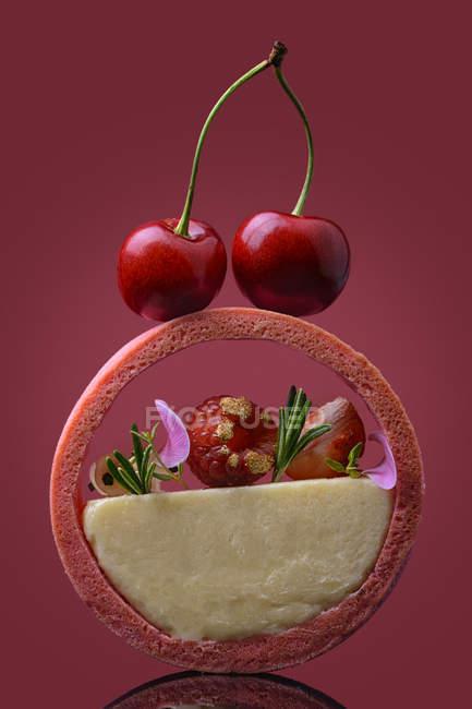 Dessert a forma di anello con crema e bacche — Foto stock