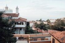 Прекрасний вид на міський пейзаж з червоний дах будівлі — стокове фото