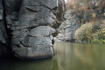 Скалы над рекой — стоковое фото