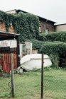 Переглянути на цвинтарі із накопиченням windows і човен над Плющ обняв будівлі — стокове фото