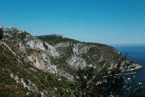 Paesaggio panoramico delle montagne costiere nella giornata di sole — Foto stock