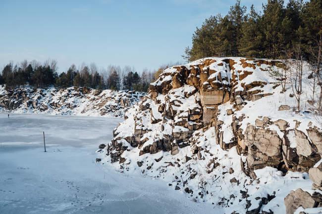Засніжена скелястих круч на заморожені озера — стокове фото