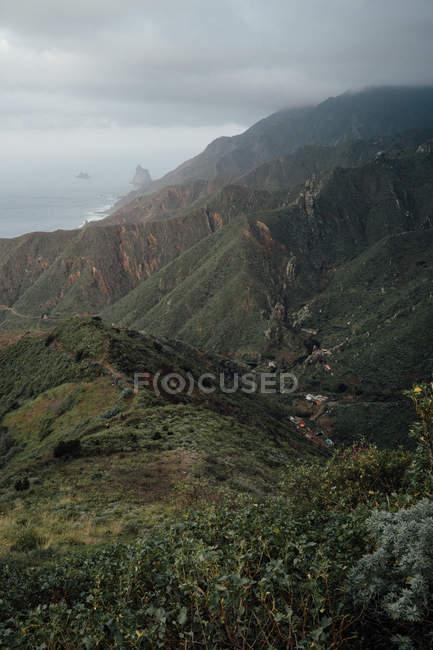 Beau paysage de montagnes brumeux pendant l'heure d'été — Photo de stock