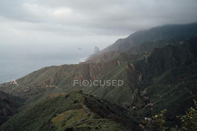 Paysage de montagnes brumeuses belle pendant la période estivale — Photo de stock