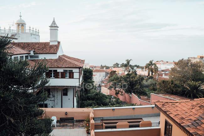 Bela vista da paisagem urbana com edifícios de telhado vermelho — Fotografia de Stock