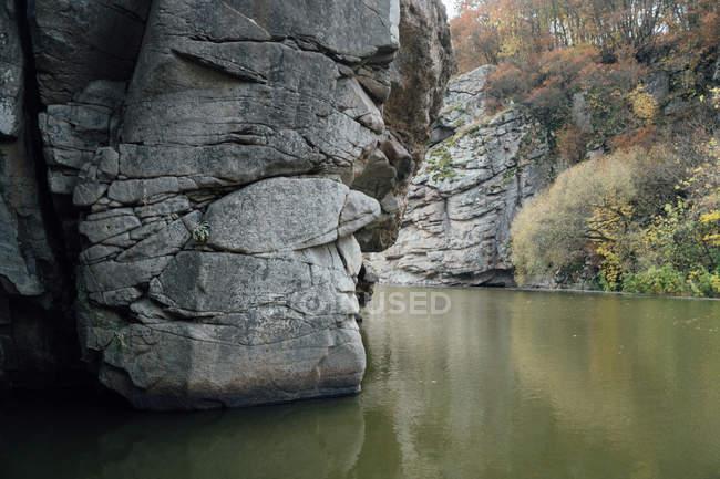 Рок скалы над рекой — стоковое фото