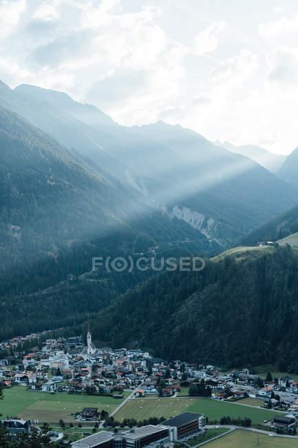 Vista idilliaca a raggi di sole sopra la città di montagna Valle withsmall — Foto stock