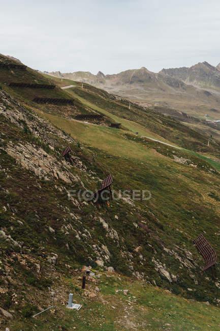 Hermosa vista de verdes colinas de montaña con niebla matutina - foto de stock