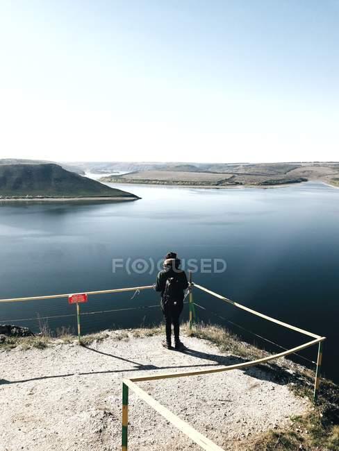 Rückansicht des touristischen Blick stehend gesehen quadratisch und bewundernden Flusslandschaft — Stockfoto