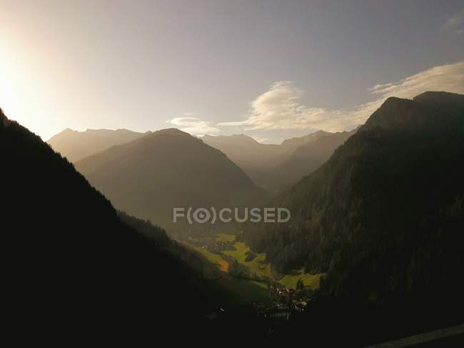 Serene landscape of misty mountains and valley on sunny day — Stock Photo