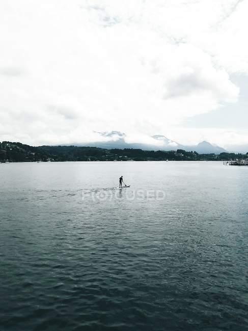 Vista distante da pessoa a bordo a flutuar no Rio — Fotografia de Stock