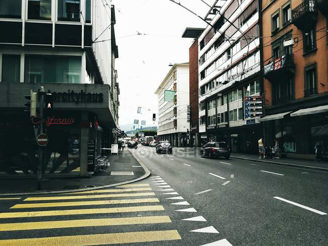 Уличная сцена дорожного движения с движущейся машины — стоковое фото