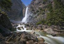 Живописный вид на водопад в Национальном парке Йосэмите, Калифорния, США — стоковое фото